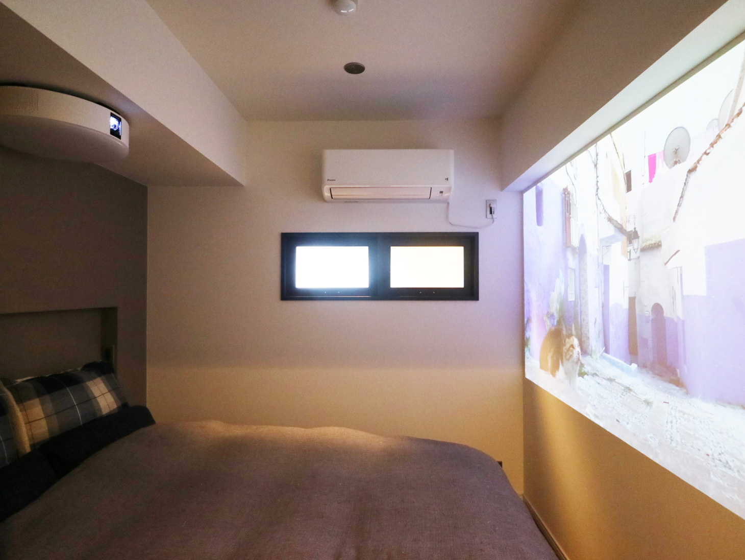 寝室とプロジェクター